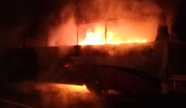 Antalya'da korku dalı anlar: Seyir halindeki otobüs yandı