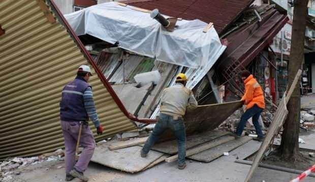 Bina çöktü, işçiler bina altına kalkmaktan son anda kurtuldu