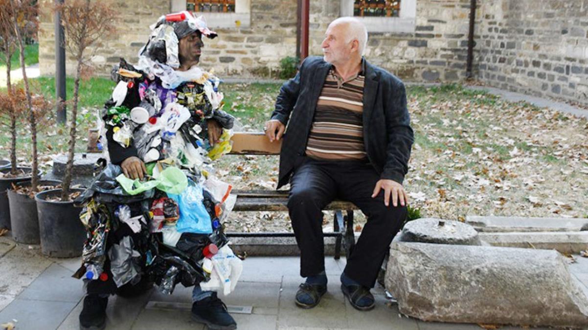 Çöp adam sokaklara indi, vatandaşı kendisiyle yüzleştirdi: Ben sizin sokaklara attığınız çöplerim