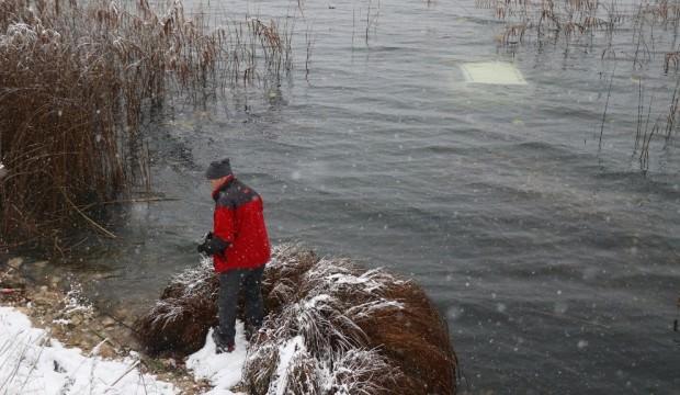 Dehşeti yaşadılar! Buz gibi göle otomobille uçup, yüzerek kurtuldular