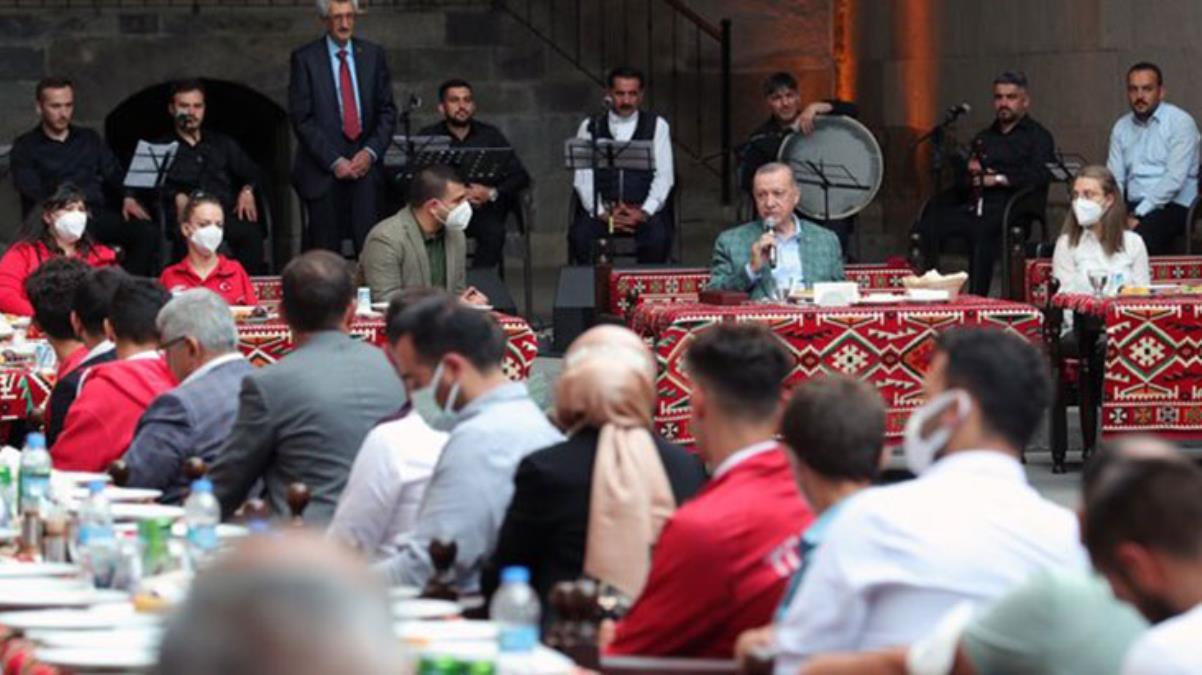 Erzurum'da gençlerle buluşan Cumhurbaşkanı Erdoğan'a 'Elfida' sürprizi