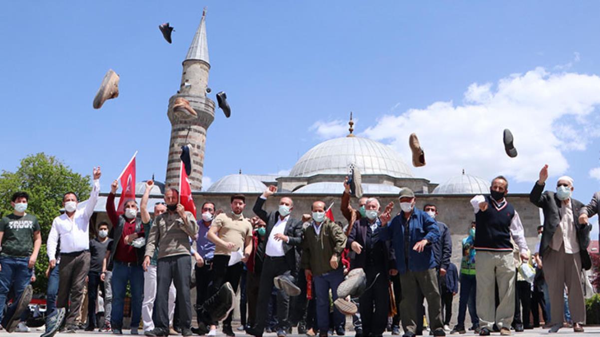 İsrail'in insanlık dışı saldırılarını protesto eden cemaat, cami önünde ayakkabı fırlattı