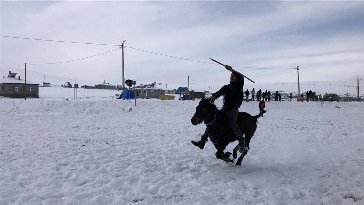 Kars'ta 30 santimetre karda cirit şovu