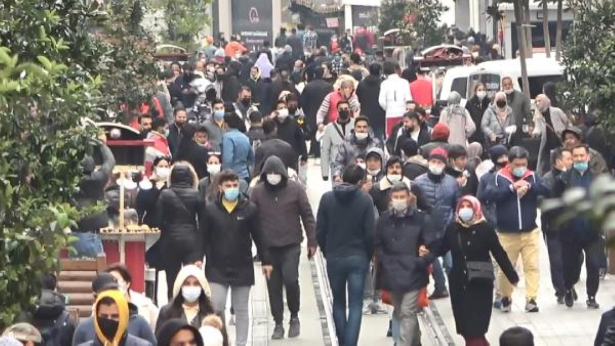 Kısıtlamanın göz ardı edildiği İstanbul'da maskesiz, mesafesiz korkutan manzara