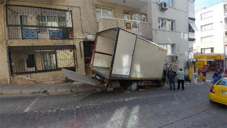 Park halindeyken hareket eden kamyonet, apartmana çarptı