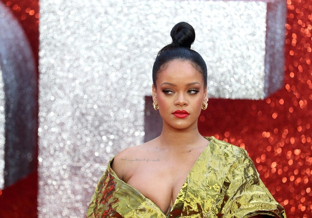 Rihanna'dan Derin Dekolte!