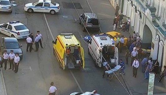 Rusya'da bir taksi kalabalığın arasına daldı