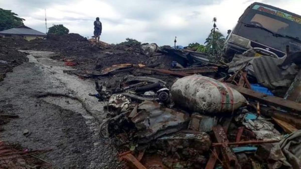Kasırganın vurduğu Endonezya\'da ölü sayısı 180\'i geçti! Donanma halka yardım için harekete geçti