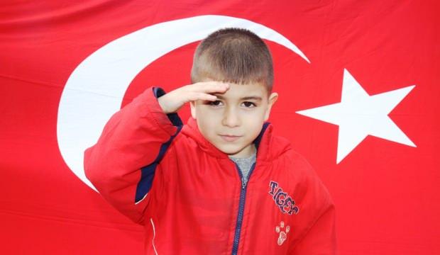 5 yaşındaki Mustafa şehitler için asker selamı verip, İstiklal Marşı okudu