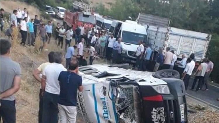 Adıyaman'da minibüsle kamyonet çarpıştı: 12 yaralı