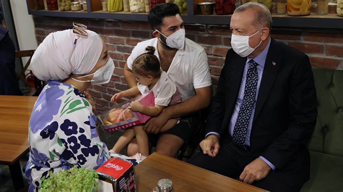 Cumhurbaşkanı Erdoğan, Çengelköy'de bir restorana girerek vatandaşlarla sohbet etti