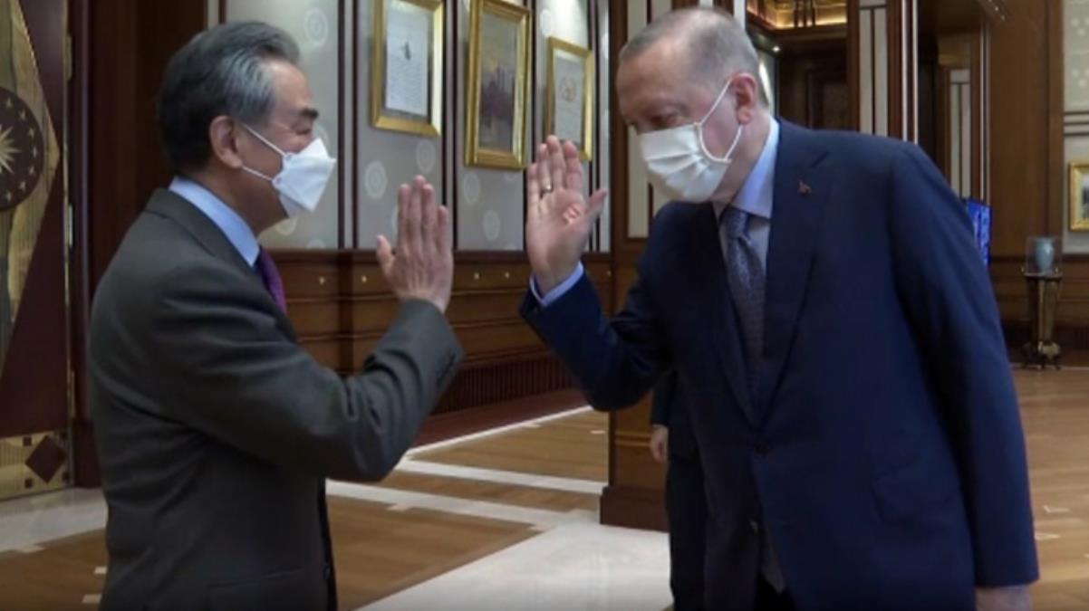 Cumhurbaşkanı Erdoğan'ın Çinli Bakanla selamlaşma biçimi görüşmeye damga vurdu