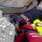 Ekiplerin enkaz altındaki vatandaşı uyanık tutma çabası kamerada