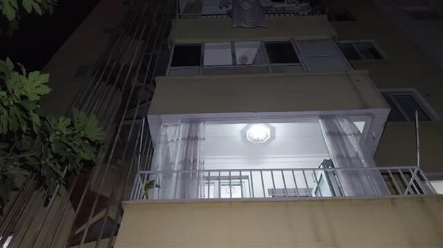 Ev sahibi ile göz göze gelen hırsız ikinci kattan atladı!