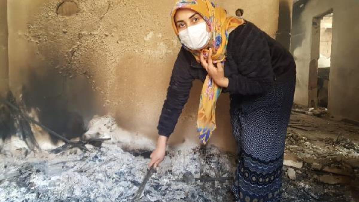 Genç kız, küle dönen evde annesinin altınlarını arıyor