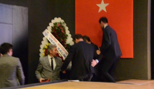 Göç İdaresi İletişim Dairesi Başkanı Kadıoğlu, kürsüde kalp krizi geçirdi
