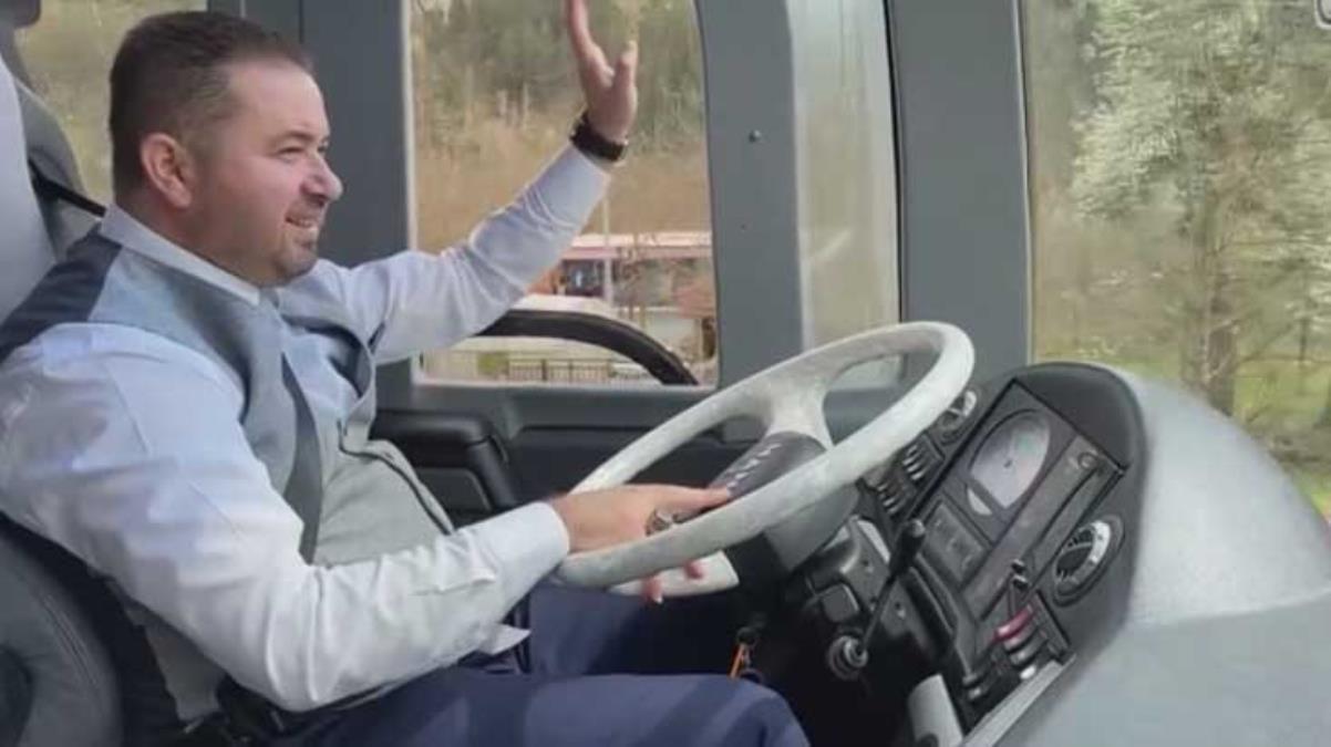 İlçenin ilk belediye otobüsüne şoför bulunamayınca direksiyona Belediye Başkanı geçti