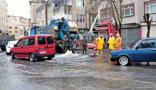 İstanbul'da sel ve dolu! Yollar göle döndü