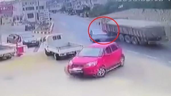 İşte kamyonun otomobile ve duvara çarpma anı