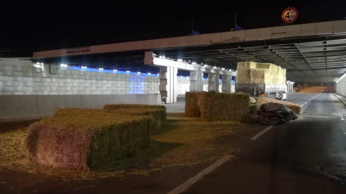 İzmir'de alt geçide sıkışan tırdaki samanlar yola saçıldı