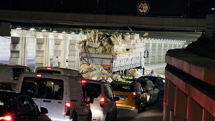 İzmir'de alt geçide TIR sıkıştı, trafikte kuyruk oluştu