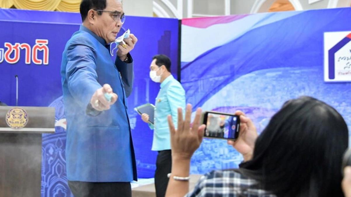 Kabine değişikliği sorusuna kızan Tayland Başbakanı gazetecilerin üzerine dezenfektan sıktı