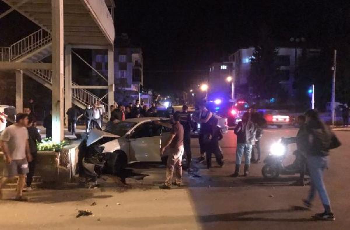 Kahreden kaza! Refüje çarpan otomobildeki 1'i bebek, 2 kişi öldü