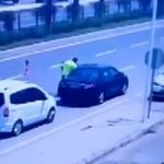 Kalp krizi geçiren sürücüyü trafik polisleri hayata bağladı