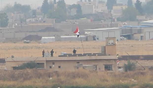 Kamışlı'da binaya Suriye bayrağı asıldı
