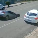 Kamyonun çökerttiği yola arkadan gelen otomobil böyle düştü