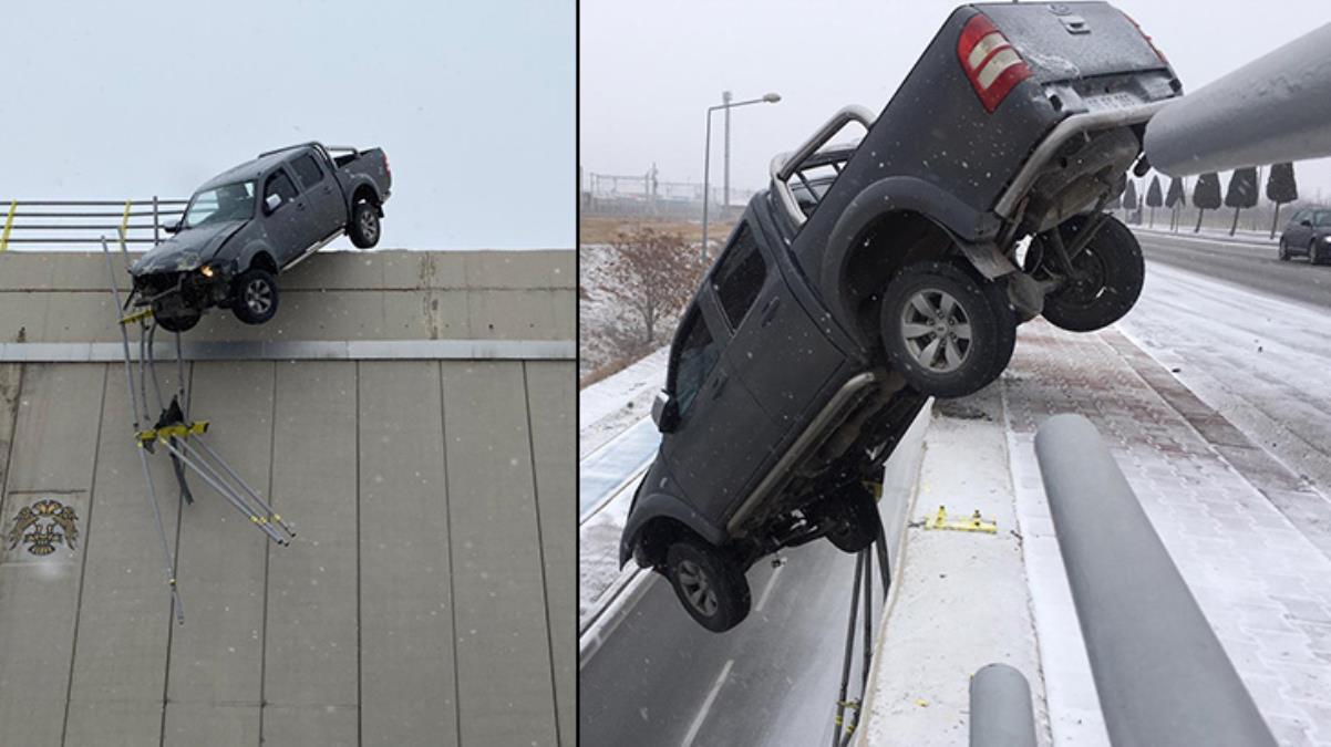 Kar nedeniyle kayan kamyonet köprüde asılı kaldı, sürücü mucizevi bir kurtuluşa imza attı