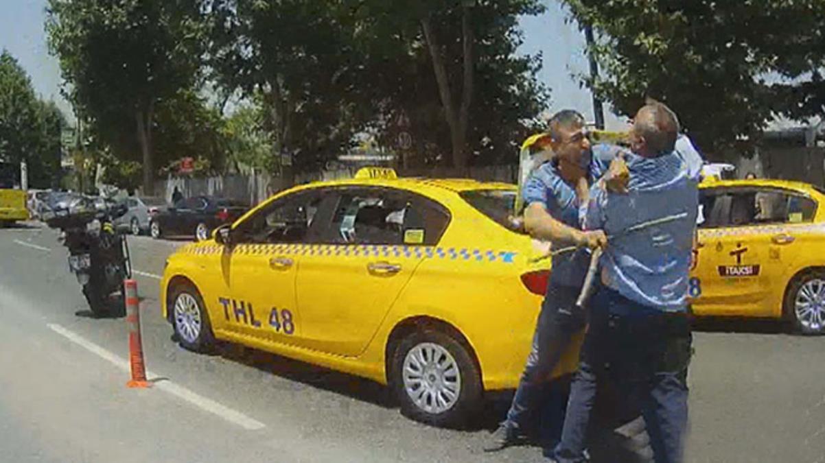 Kazanın ardından ikisi de sopalarına sarıldı! Taksicilerin kavgası, yolculara korku dolu anlar yaşattı