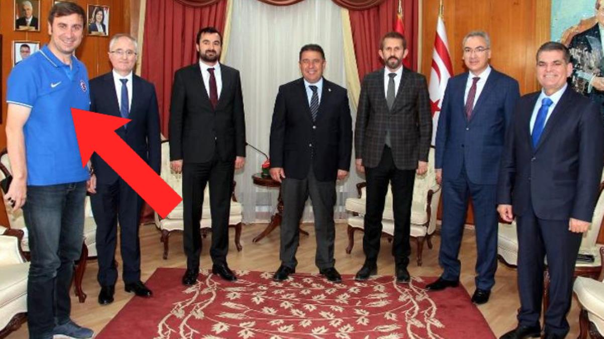 Kıbrıs gezisine damga vuran kare! Cumhurbaşkanı makamına tişört ve kot pantolonla çıktı