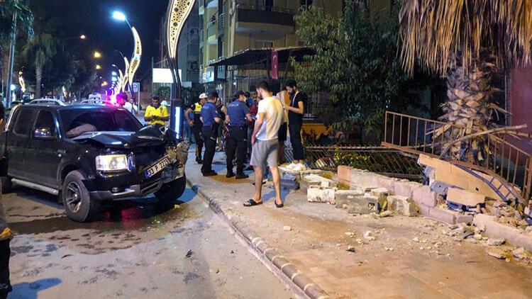Mersin'de kamyonet evin bahçe duvarına çarptı: 1 yaralı