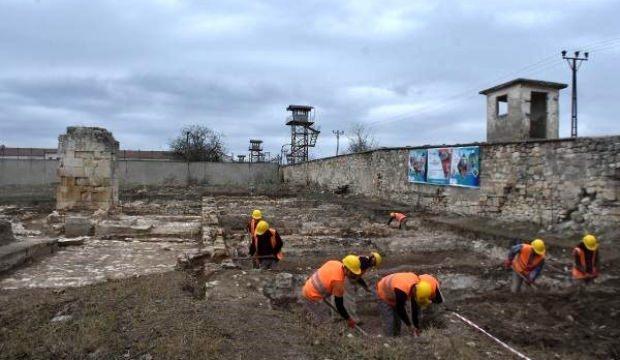 Osmanlı camisinin toprak altındaki kalıntılarını mahkumlar gün yüzüne çıkarıyor