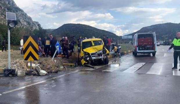Otomobille taksi çarpıştı: 1 ölü, 5 yaralı