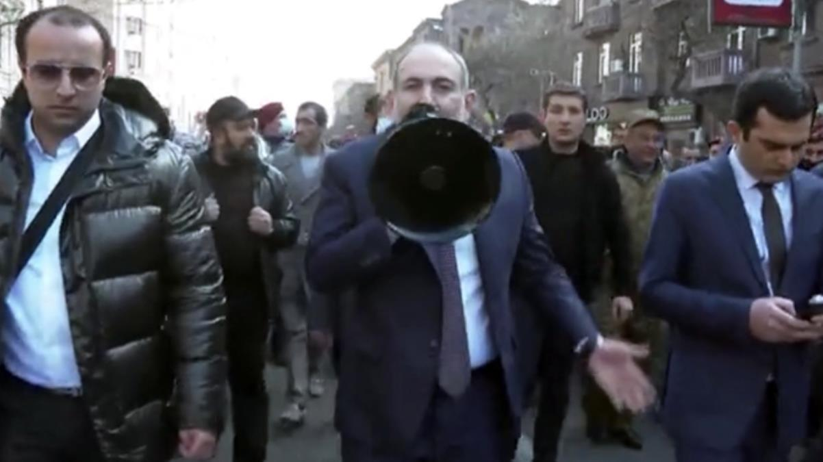 Son Dakika! Ermenistan Başbakanı Paşinyan, Erivan sokaklarını gezerek megafonla halka sesleniyor