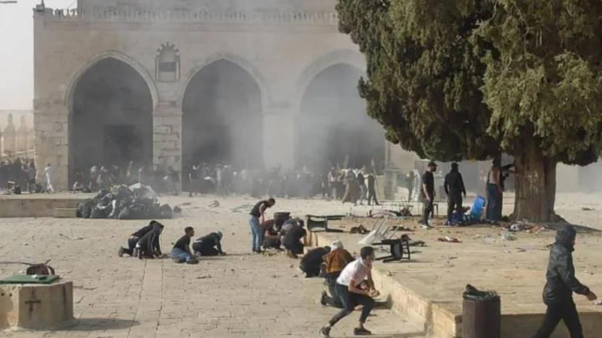 Son Dakika! İsrail polisi, Mescid-i Aksa'da baskınları önlemek için nöbet tutan Filistinlilere müdahale etti: 305 yaralı