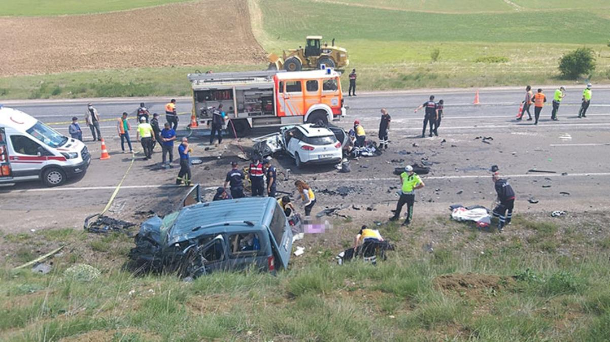 Son Dakika: Sivas'ta katliam gibi kaza! İki aracın birbirine girmesi sonucu 3'ü çocuk 9 kişi yaşamını yitirdi