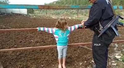 Suriyeli Baba, Yaramazlık Yaptıkları İçin İki Çocuğunu Çite Bağladı