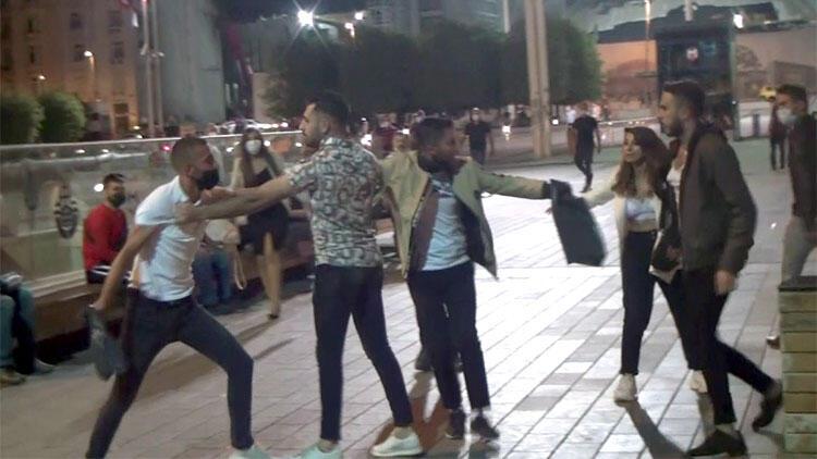 Taksim'de akılalmaz kavga! Kız arkadaşıyla yürürken yanına yaklaştı ve…