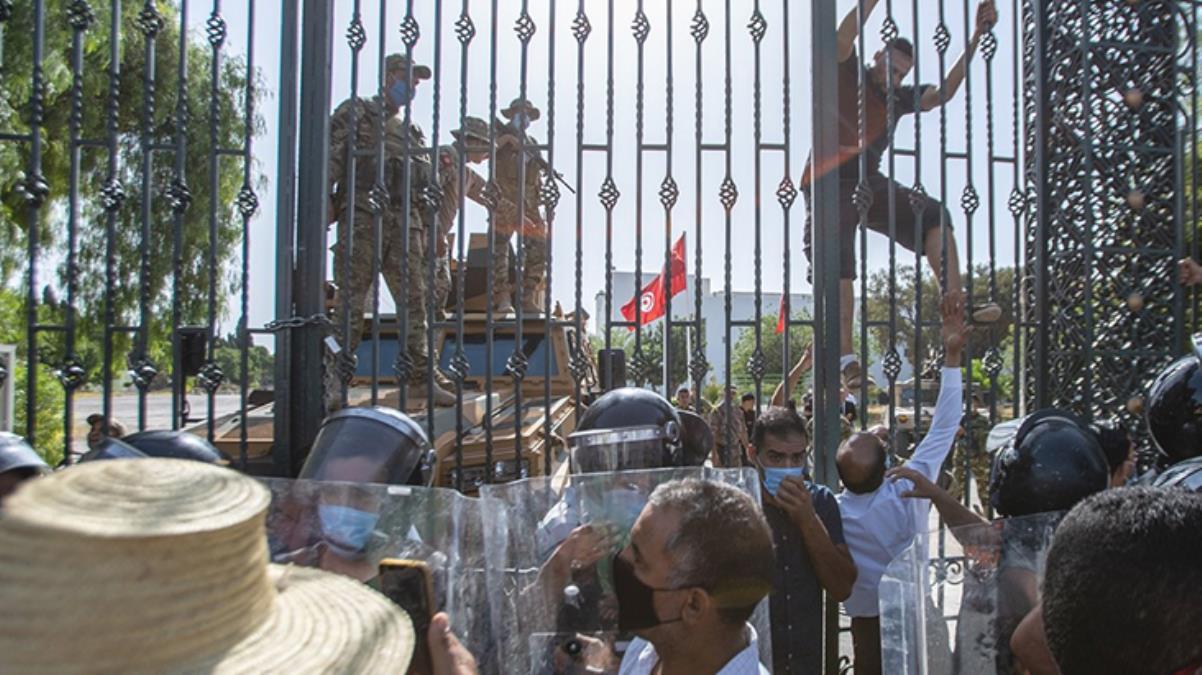 Tunus'ta darbe karşıtları ile destekçileri birbirine girdi! Yaralılar var